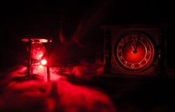 blanc au moment de l'exécution d'isolement par concept de fond Silhouette d'horloge de sablier et d'horloge en bois de vieux vint Images stock