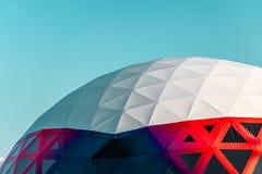 Blanc avec le pavillon rouge de dôme contre l'espace libre de ciel Photos stock