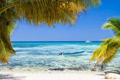 blanc bleu de sable d'océan de bateau de plage Images libres de droits