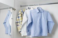 Blanc, bleu et à carreaux nettoyez les chemises des hommes repassés Photos libres de droits