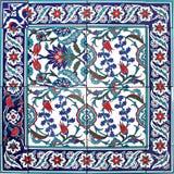 Blanc bleu oriental d'ornement floral de modèle de tuile Photographie stock libre de droits