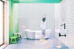 Blanc carrelé et salle de bains verte modifiée la tonalité Image libre de droits
