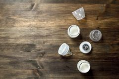 blanc cru de macaronis de nourriture de fond de chéri Lait de bébé dans de petites bouteilles Images libres de droits