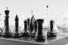Blanc d'échecs sur le noir Photo libre de droits