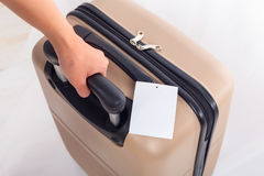 Blanc d'étiquette de bagage sur la valise, concept de voyage Image libre de droits