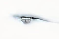 Or blanc d'anneau avec des diamants Photographie stock libre de droits