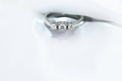 Or blanc d'anneau avec des diamants Photographie stock