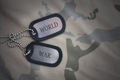 Blanc d'armée, étiquette de chien avec la guerre mondiale des textes sur le fond kaki de texture Images stock