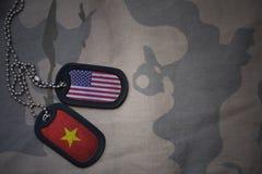 blanc d'armée, étiquette de chien avec le drapeau des Etats-Unis d'Amérique et le Vietnam sur le fond kaki de texture Photos libres de droits