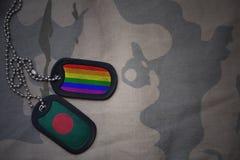 blanc d'armée, étiquette de chien avec le drapeau du Bangladesh et le drapeau gai d'arc-en-ciel sur le fond kaki de texture Image libre de droits