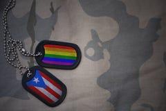 blanc d'armée, étiquette de chien avec le drapeau du Porto Rico et le drapeau gai d'arc-en-ciel sur le fond kaki de texture Photos stock