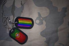 blanc d'armée, étiquette de chien avec le drapeau du Portugal et le drapeau gai d'arc-en-ciel sur le fond kaki de texture Image stock