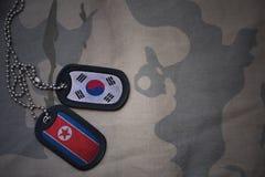 blanc d'armée, étiquette de chien avec le drapeau de la Corée du Sud et de la Corée du Nord sur le fond kaki de texture photo stock