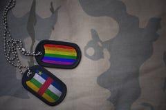 blanc d'armée, étiquette de chien avec le drapeau de la république centrafricaine et le drapeau gai d'arc-en-ciel sur le fond kak Photo libre de droits