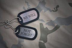 Blanc d'armée, étiquette de chien avec le texte que nous n'oublierons pas sur le fond kaki de texture Photographie stock libre de droits