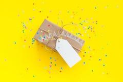 blanc d'image de cadeau du cadre 3d Dessin d'une guirlande blanche, drapeaux Backgr jaune Image libre de droits