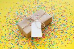blanc d'image de cadeau du cadre 3d Dessin d'une guirlande blanche, drapeaux Backgr jaune Photo libre de droits