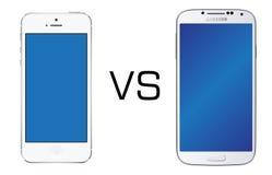 Blanc d'Iphone 5 contre le blanc de la galaxie S4 de Samsung photos libres de droits