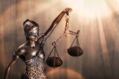 blanc d'isolement de statue de silhouette de justice photo stock