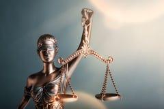 blanc d'isolement de statue de silhouette de justice photos stock
