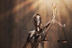 blanc d'isolement de statue de silhouette de justice images stock