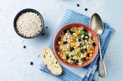 Blanc d'orge et potage aux légumes de haricots noirs photos libres de droits