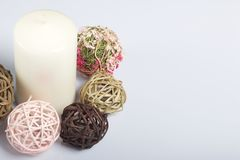 Blanc de bougie en couleurs parmi les boules décoratives, tissées des matériaux naturels Sur un fond blanc photo libre de droits
