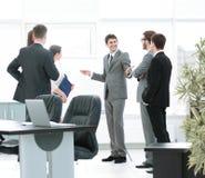 blanc de bureau de durée de fond d'image 3d le lieu de travail et les affaires team discutant un nouveau busine Photo libre de droits