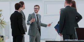 blanc de bureau de durée de fond d'image 3d équipe d'affaires discutant un nouveau plan d'action dans le mod Photographie stock