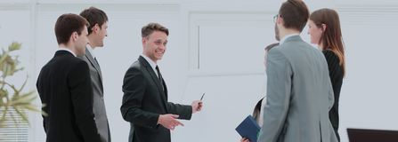 blanc de bureau de durée de fond d'image 3d équipe d'affaires se préparant à une présentation d'affaires Image stock