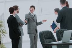 blanc de bureau de durée de fond d'image 3d le lieu de travail et les affaires team discutant un nouveau busine Photographie stock libre de droits