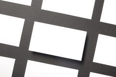 Blanc de carte de visite professionnelle de visite au-dessus de table de bureau Maquette de marquage à chaud de papeterie d'entre Image stock