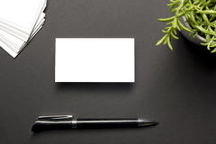Blanc de carte de visite professionnelle de visite au-dessus de table de bureau Maquette de marquage à chaud de papeterie d'entre Photos stock