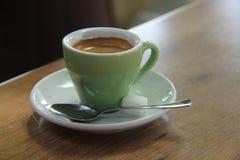 blanc de chemin d'isolement par café express de cuvette de café de fond Photographie stock