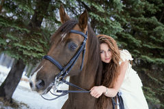 blanc de cheval de fille de robe Photo stock