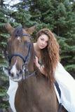 blanc de cheval de fille de robe Image stock