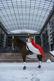 blanc de cheval de fille de robe Photos stock