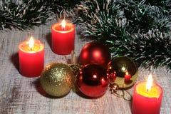 Blanc de décoration de Noël Boîte-cadeau rouges et d'or avec trois la boule, ornement floral Vue supérieure place Photographie stock libre de droits