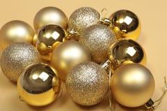 Blanc de décoration de Noël Boîte-cadeau rouges et d'or avec trois la boule, ornement floral Vue supérieure place Images libres de droits