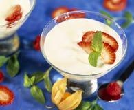 Blanc de Fromage avec les fraises et la menthe fraîches Image libre de droits