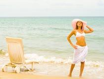 blanc de jupe de chapeau de fille de plage long photos stock