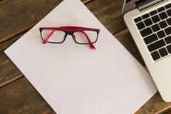 Blanc de livre blanc sur le bureau en bois de table avec des lunettes Images libres de droits