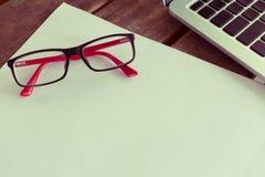 Blanc de livre blanc sur le bureau en bois de table avec des lunettes Photo stock