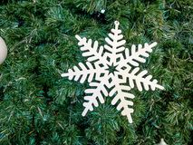 Blanc de neige sur l'arbre de Noël Image libre de droits