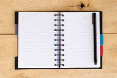 Blanc de note de livre sur le bois Photos stock