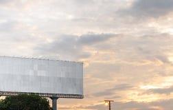 Blanc de panneau d'affichage pour l'affiche de publicité extérieure ou un panneau d'affichage vide à un temps crépusculaire pour  photographie stock libre de droits