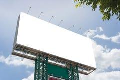 blanc de panneau d'affichage sur la route dans la ville pour faire de la publicité le fond photographie stock