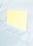 Blanc de papier dans la poche classique de chemise avec l'espace pour le texte Images libres de droits