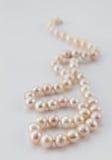blanc de perle de collier de fond Image stock