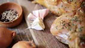 Blanc de poulet épicé sur le conseil en bois banque de vidéos